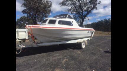 Half cabin 4.8 metre boat