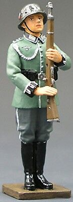 KING & COUNTRY COLLECTORS CLUB CF004 WW2 GERMAN GUARD SALUTE ARMS MIB