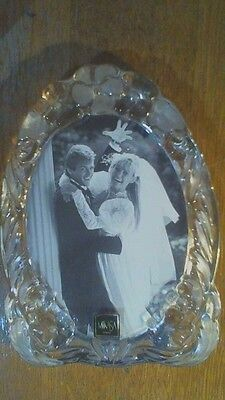 """MIKASA FROSTED FLORAL HEAVY SOLID GLASS OVAL PICTURE FRAME with HINGE 8.5"""" x 6"""""""