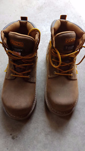 Men's steel toe work boots in new conditions (Size 8)