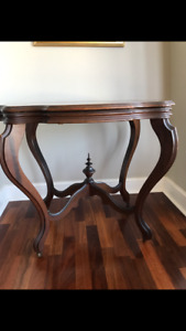 ANTIQUE VICTORIAN OVAL PARLOR TABLE