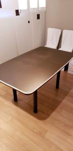 Table à manger et 4 chaises bois et housses et meuble rangement