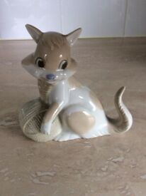 - NAO/LLADRO DESIGN - HALLMARK - CAT/ KITTY PLAYING WITH A BALL OF YARN - FIGURINE