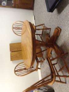 Beautiful Solid red Oak Table & Chairs