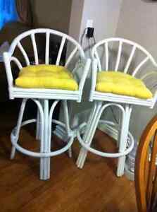 White Bar Stools w/yellow cushions $25/each Oakville / Halton Region Toronto (GTA) image 2