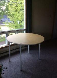 Drop leaf table in great conditions