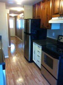 BEAUTIFUL MASTER BEDROOM AVAILABLE!! AMAZING LOCATION!