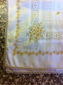 TABLECLOTH (ROUND) WHITE WITH BROWN FLORAL & 8 MATCHING COTTON NAPKINS (New)