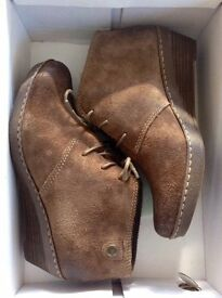 NEW Clarks Suede Lace-Up Wedge Boots - Size 5 1/2 - Boxed - Brown