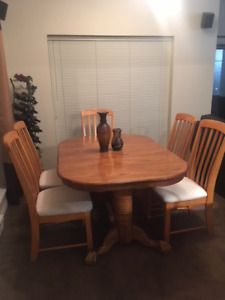 Beautiful Oak Dining room Table and 6 chairs