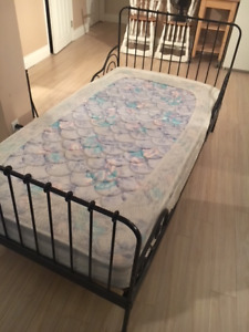 Metal single bed + mattress - Lit simple en metal + matelas