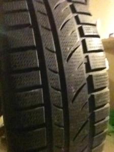 2 pneus 4 saisons 195/65R15 presque neuf sur rim 5 trous