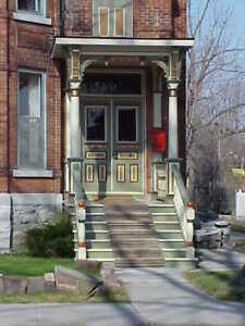 New Listing steps from Queen's Apartment For rent