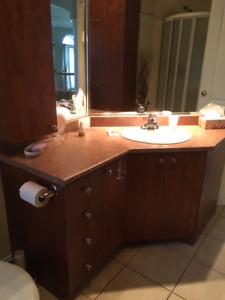 Meuble de salle de bain avec lavabo et comptoir