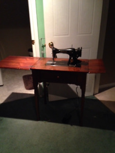 Antique Singer Sewing Machine in Wooden Cabinet <PRICE DROP>