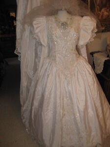 REDUCED! LOVELY VICTORIAN VINTAGE WEDDING GOWN, SIZE 20, MINT