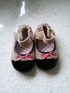 BRAND NEW Robeez shoes size 4