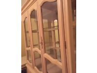 Immaculate matching extendable 4/6 seat dining room set and display cabinet set