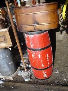 Baril en bois, cruche de marchand antique arrosoir, presse jus