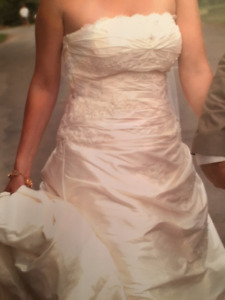 *************Beautifully Cleaned and Kept Wedding Dress*********