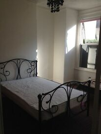 Double room for one girl to rent, non smoking £110 per week near Tooting Station