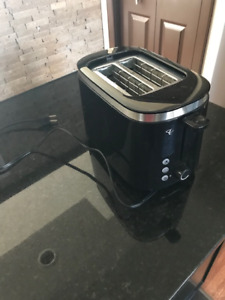 Toaster - barely used - only 15 $