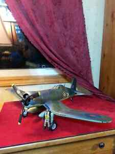 HUGE WWII military aircraft fighter plane with figures 1:18th
