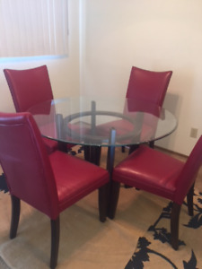 Charell Round Glass Dining Table w/4 Red Side Chairs