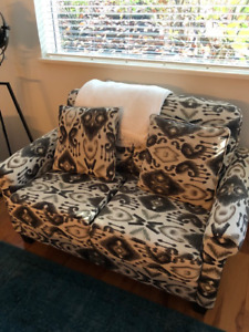 Pull-Out Couch in grey and white- Excellent Condition