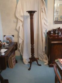 Elegant Victorian mahogany Chippendale style torchere stand