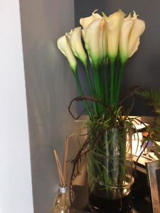 Agencement de fleurs et pot en verre 35$