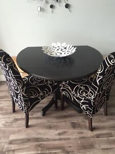 pedestal dining table with 2 modern dining chairs