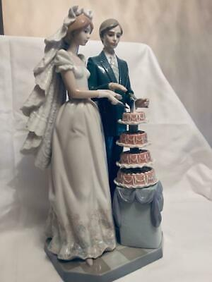 Lladro #5587 Figurine of a Bride and Groom Cutting a Tiered Wedding cake (Lladro Bride And Groom)