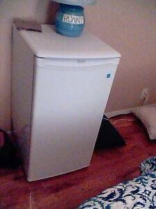 Petit réfrigérateur presque neuf 6 mois utilisation