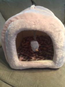 """BRAND NEW"" SUPER COZY CAT BED DOME & REAL SOUNDING MOUSE TOY"