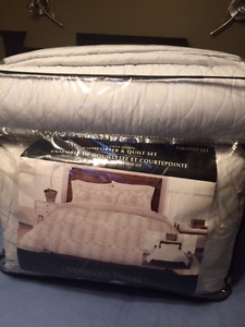 QUEEN SIZE COMFORTER & QUILT SET