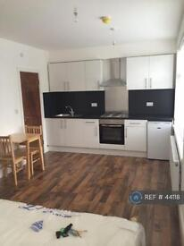 Studio flat in North Circular Road, London, N13