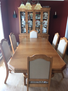 Table Chairs Hutch/China Cabinet