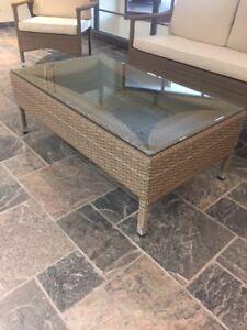 Table à café avec dessus en vitre / Glass-top coffee table