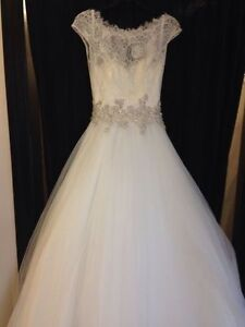 Allure Bridal 9022 Excellent Condition with Veil & Hoop SIZE 4
