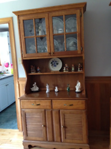 Buffet and hutch  MUST SELL!!  MOVING AND CAN'T TAKE IT WITH ME.