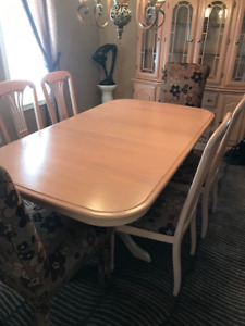 """Dining Room Table & Chairs and display Hutch """"MINT"""" Condition"""