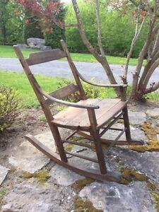 ANTIQUITÉ - Chaise berçante très ancienne