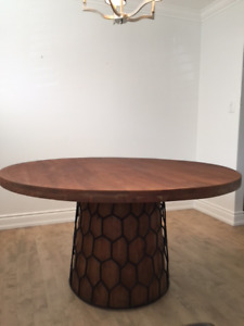 Solid Wood Round Dining Table: 4-6 people ALMOST NEW!