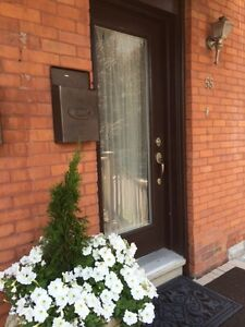 Cozy Room Off Elgin Strip In Upscale Townhome