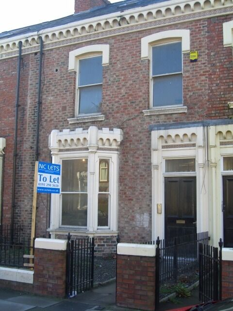 1 bedroom first floor flat located on Azalea Terrace North, in Ashbrooke. Available Now.