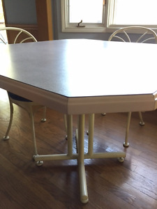 Hauser Dinette Table and Chairs