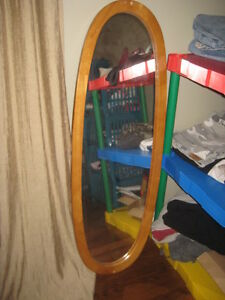 Oval mirror can hang on wall