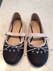 girls shoes size 4 and 5/ souliers pour fille