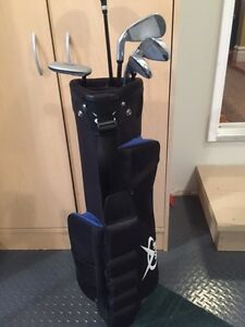 TWO TV TRAYS AND JUNIOR GOLF CLUBS